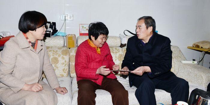 渭南市委副书记王瑞峰走访看望慰问贫困母亲(组图)