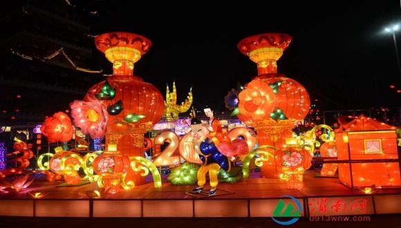 渭南城区彩灯绚丽 弥漫浓浓年味(组图)